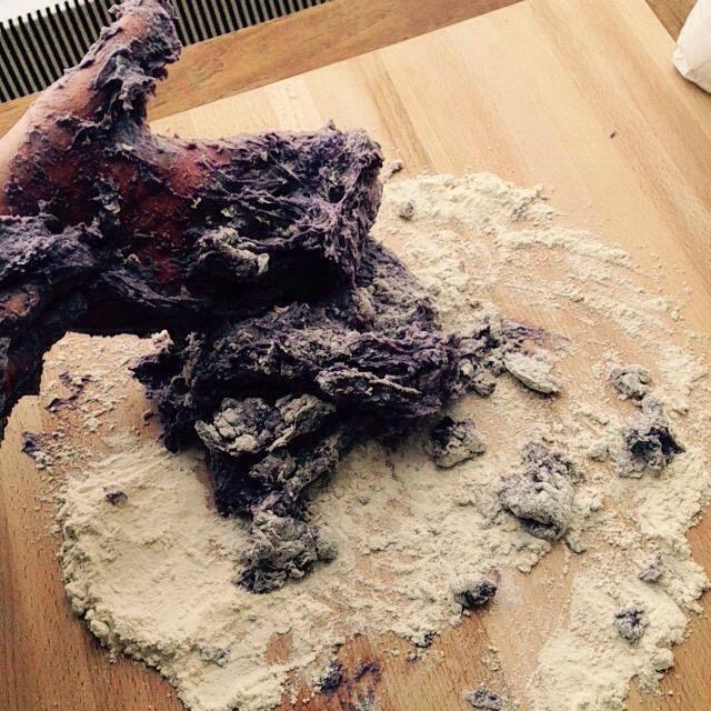 Comience mezclar la masa con las manos, agregar tanto de harina como usted necesita si pegajosa