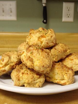 Unte con mantequilla derretida y el ajo. Luego espolvorear con perejil. Deja que se enfríe un poco y disfrutar!