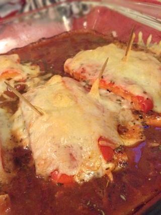 Una vez hecho esto, quite palillos de dientes y colocar una cuchara llena de salsa sobre el pollo. Este pollo es grande sobre un poco de pasta o de oficio.