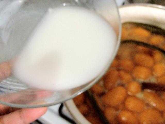 Añadir a la taza salak biji. Mantener en agitación para evitar grumos