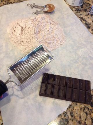 A continuación, una barra de chocolate alemán 4 oz Rallar esta en la parte superior de la harina.