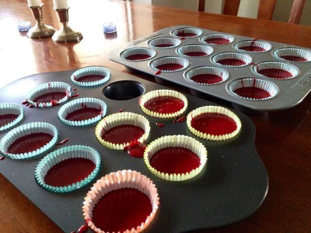 Verter la mezcla en moldes de la magdalena o un molde para pasteles