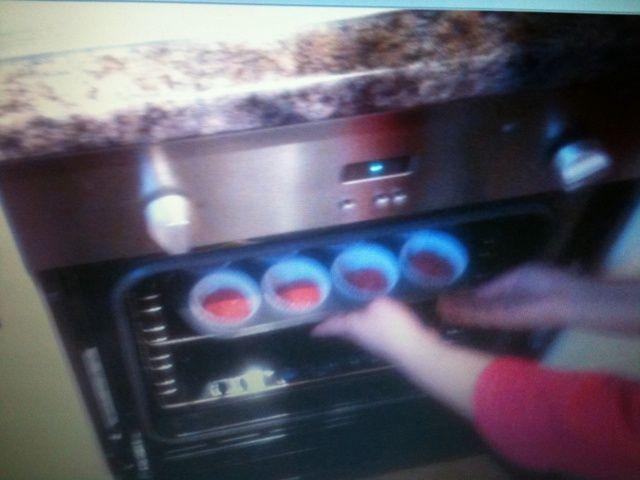 Luego hornear en horno precalentado durante 20 minutos, mantener el control sobre ellos cada 5 minutos.