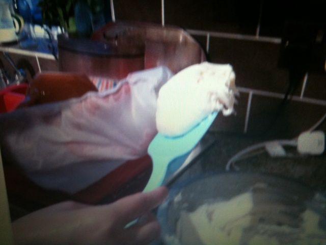 Cuando los cupcakes se hayan enfriado, cuchara de un tercio de la escarcha en la manga pastelera.