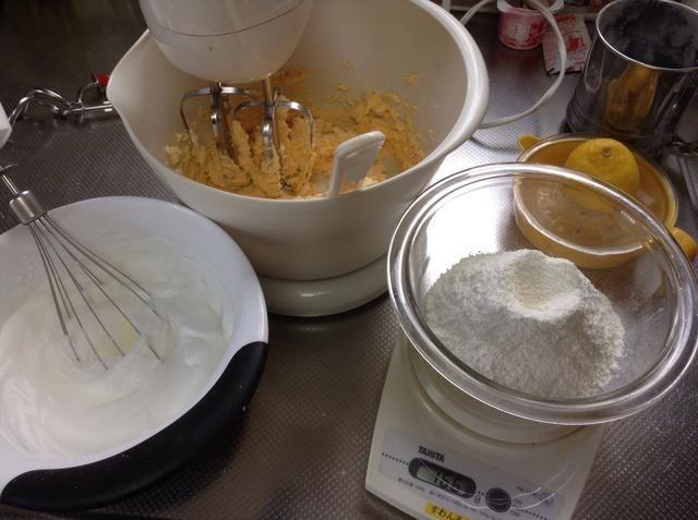 Batir la mantequilla 150gm, 120gm azúcar, añadir 3 yemas de huevo cuando la crema. Agregar el jugo de ½ limón. En otro tazón, bata las claras de huevo hasta que firme, agregar el azúcar de ricino 2 cucharadas, batir hasta brillante.