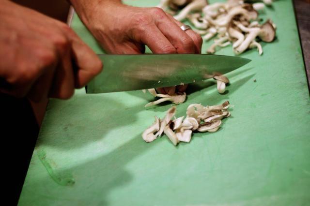 Cortar las setas mezcladas en trozos pequeños. Se utilizó una mezcla de cremini, ostra, shiitake y boletus.