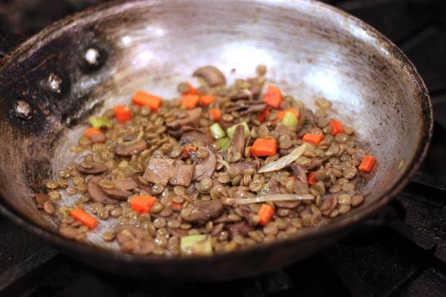 Caliente una sartén grande a fuego medio. Añadir el aceite, el ajo, las zanahorias, el apio, la cebolla, el tomillo picado y escamas de chile. Cocine hasta que las verduras están comenzando a dorarse, añadir los champiñones y cocine hasta que estén blandas.