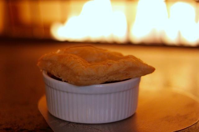 Cubra con hojaldre pastelería corte en cuartos, coloque en una bandeja de horno y hornear en un horno a 350 grados hasta que la masa esté dorada - unos 20 minutos.