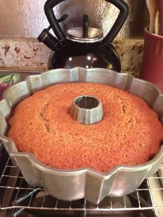 Hornee hasta elástico al tacto y un probador de pastel salga limpio, 45-50 minutos. Pan Transferencia a una rejilla para enfriar durante 20 minutos, luego desmoldar la torta y enfríe completamente.
