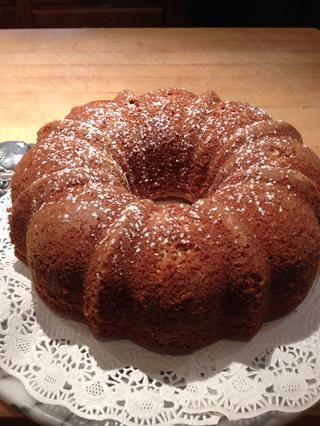Servir pastel en un plato bonito.
