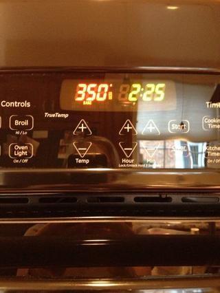 Coloque una rejilla en el centro del horno. Caliente el horno a 350 grados.