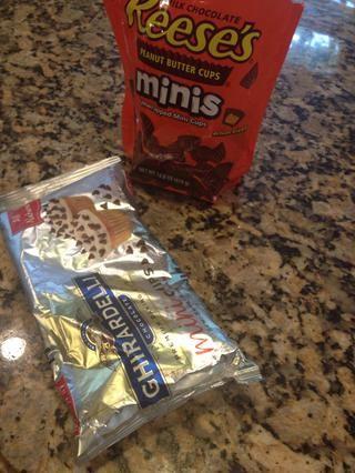 Siguiente las cosas buenas. Añado una bolsa de Reece's Cup mini's and about 1 c mini semi sweet chips