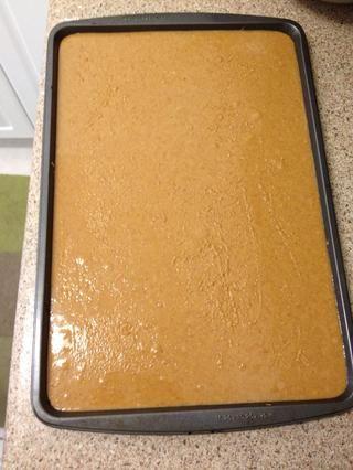 Corre en una bandeja de horno sin engrasar. Wiggle sartén hasta que la mezcla de mantequilla de maní es el nivel. Ponga en la nevera durante unos 20 minutos mientras se prepara el chocolate.