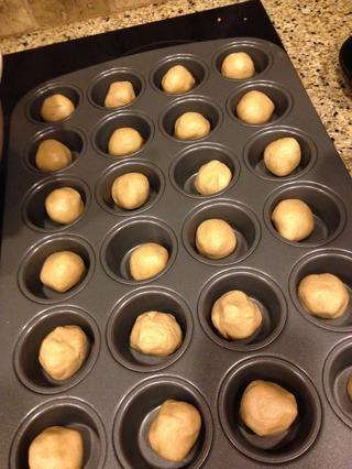 Ruede en bolas y colocar en mini molde para muffins
