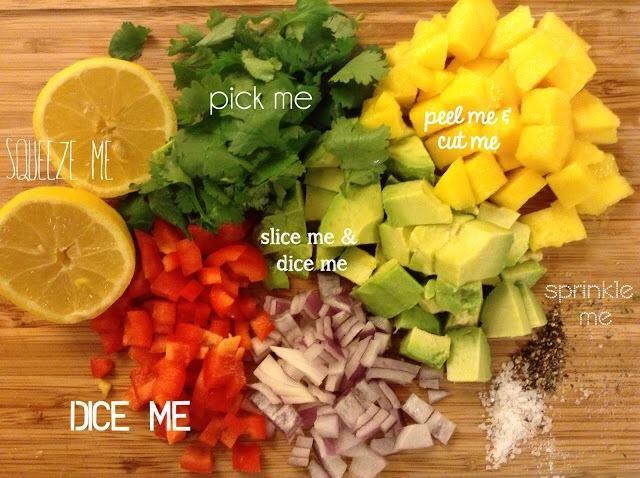 Dados su tarjeta roja cebolla, aguacate, mango, y la campana pepper.pick las hojas fuera del tallo de cilantro. Pasa el limón en el mostrador para ayudar a extraer los jugos.