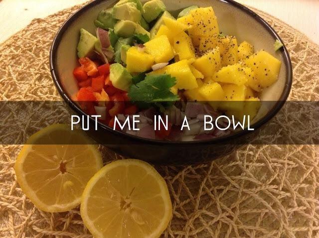 Ponga todas las verduras en un bol y apretar un poco de limón por encima, espolvorear con sal y pimienta.