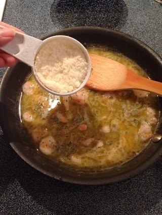Agregue el queso parmesano. Añadir sal y pimienta de la deseada. Mezclar bien.