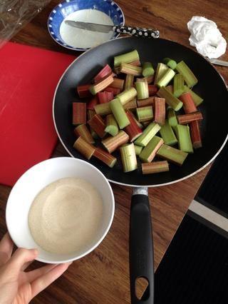 Coloque el ruibarbo en una cacerola y agregar el azúcar en polvo de oro.