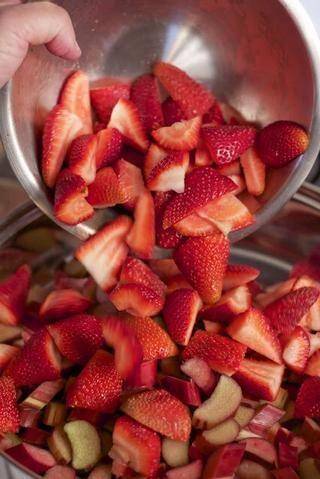 En una cacerola grande añadir: La mezcla de fresas y ruibarbo