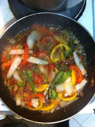 Añadir un poco de caldo y sazonar si es necesario de acuerdo a su gusto. Deje hervir a fuego lento