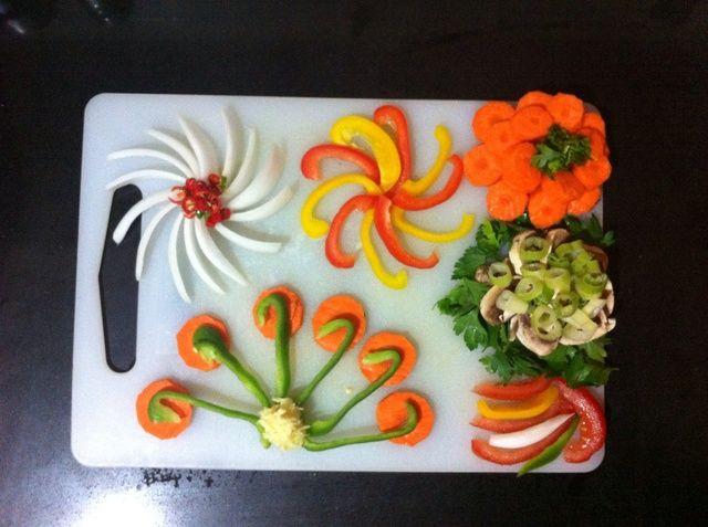 Verduras anterior son: Cebollas blancas, pimientos verdes, rojos y amarillos, champiñones, zanahorias, tomates, chiles, ajo, jengibre, perejil y cilantro hojas
