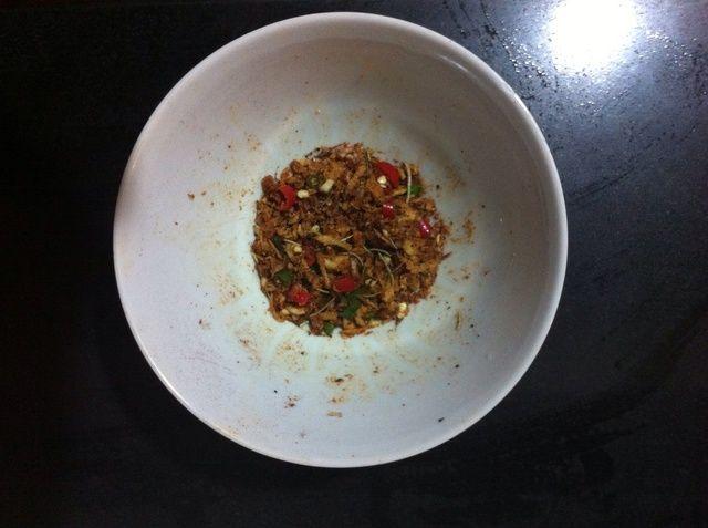 Prepare el adobo de ajo mezclado, ají, romero, sal, pimienta y otras especias que le gustan (He añadido una cucharadita de salsa de soja por lo que's not too dry. Worcestershire would do too)