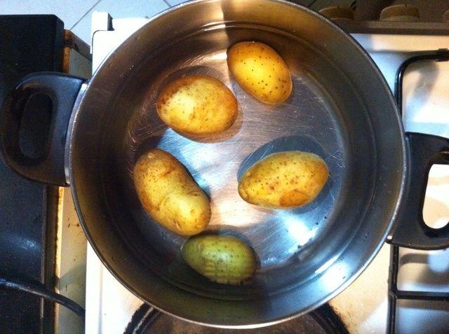 Hervir las patatas en una olla