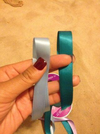 Tome cada extremo y solapar la cinta haciendo que para hacer un lazo # 1: trullo cinta # 2: cinta azul clara