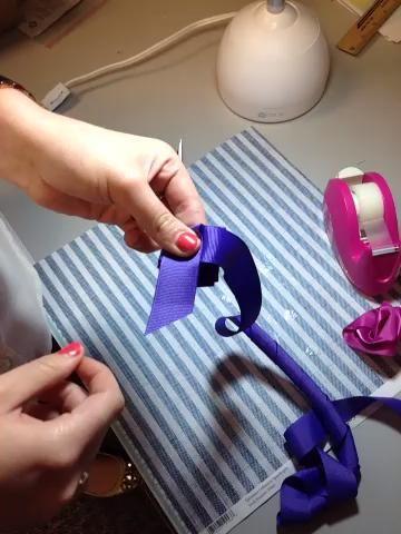Cómo tirar de la cinta a través de hacer la rosa :)