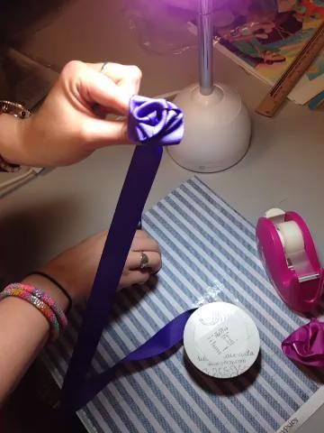 Cortar la cinta adjunta y envolver con cinta adhesiva. Usted puede coser para terminar si'd like.
