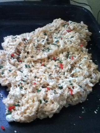Trate de presionar hacia abajo el Krispy arroz tratar plana en la sartén. Añadir rocía justo después y disfrutar!