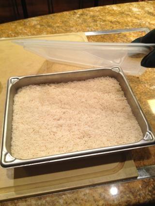 Cuando usted toma la tapa que usted puede notar que el arroz es ligeramente al dente. También puede haber una pequeña cantidad de agua aún en la sartén.