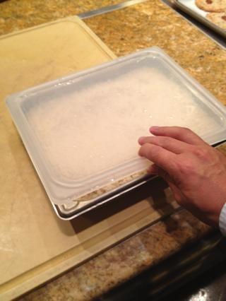 Vuelva a colocar la tapa y deje que el arroz repose a temperatura ambiente durante un par de minutos.