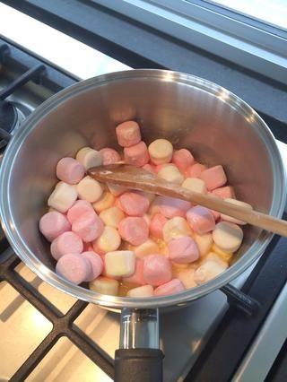 Añadir 400 g de malvaviscos a la mantequilla y derretir. Revuelva constantemente a medida que usted no quiere que se quemen.