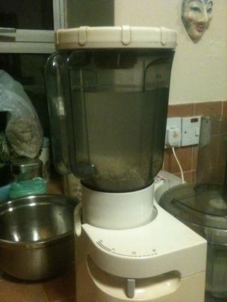 Poner el arroz y 3 tazas de agua (preferentemente filtrada) en una licuadora. WHIZZ para arriba en el ajuste superior durante unos 3 minutos, o hasta que los granos de arroz se han convertido en partículas muy finas.
