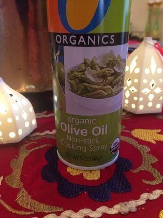 Spray de aceite de oliva por un molde para hornear. Precaliente el horno a 400 grados.