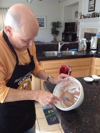 Cuando la mezcla tenga una consistencia de crema batida, raspar en otro tazón.