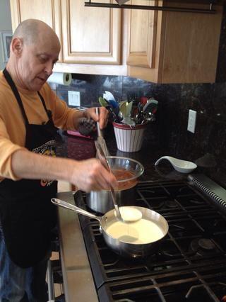 Sirva la leche caliente y la crema en el chocolate, degustación de vez en cuando para asegurarse de que la mezcla sea de su agrado.