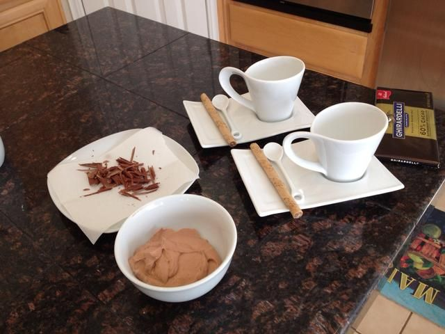 Prepare sus platos de servir y virutas de chocolate, y obtener la crema batida de la nevera.