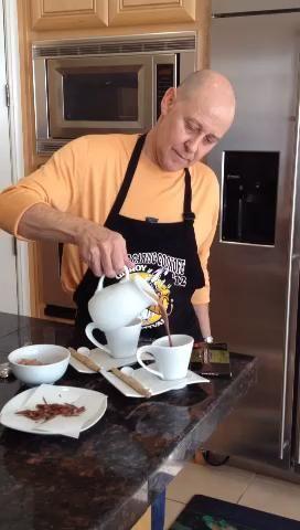 Vierta el chocolate caliente en sus tazas.