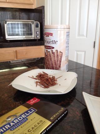 Usted puede hacer virutas de chocolate mediante la ejecución de un cuchillo afilado a lo largo de la parte posterior de una barra de chocolate.