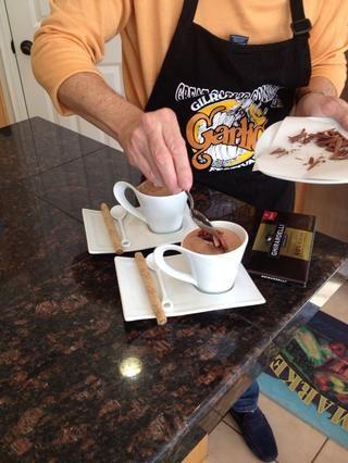 Cucharada generosa cucharada de crema batida en la parte superior y adornar con virutas de chocolate.