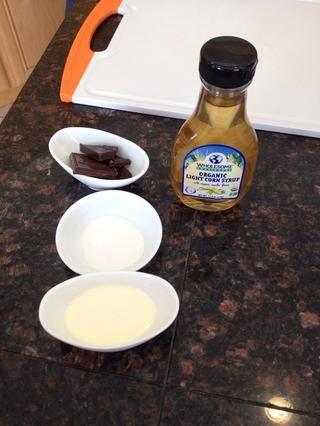 Prepara tus ingredientes. Para la ganache de chocolate que los sabores de la crema batida que'll need two tablespoons of the heavy cream and one ounce of bittersweet chocolate.