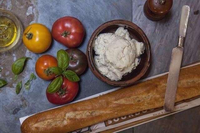 Usted puede comer el queso ricotta caliente sobre pan crujiente, con tomate, aceite de oliva y albahaca. También se puede poner en un recipiente hermético en la nevera para su uso posterior