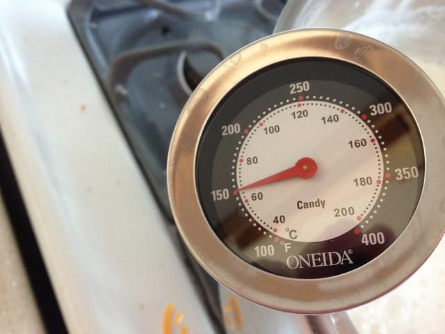 Calentar a fuego muy bajo revolviendo con frecuencia para evitar que se queme. Preste mucha atención por parte de alrededor de 150 * al * 185 puntos cuando se quita del fuego.