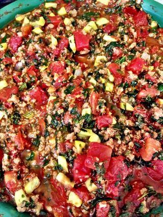 Haga su salsa para pasta. Utilicé 2 latas grandes de tomates cortados en cubitos, media cebolla, 1 calabaza amarilla, una caja de espinacas congeladas y sin carne £ 1 crumble suelo. Haha. Suena cuestionable, pero's good. ��