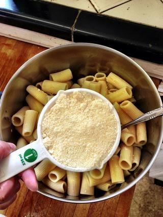 Mida el queso parmesano rallado.