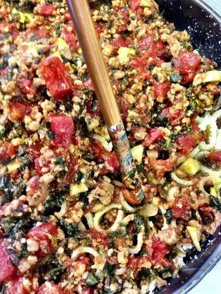 Vierta la salsa por encima. Presione suavemente la salsa en el rigatoni. He utilizado un palillo porque la salsa era todavía muy caliente.