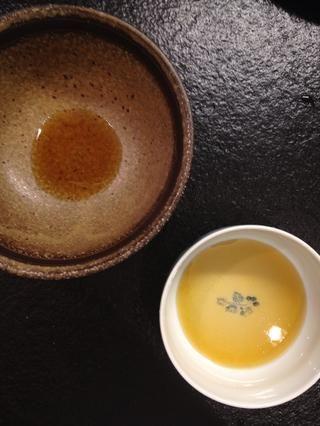 Añadir mantequilla marrón a la parte inferior de la taza.