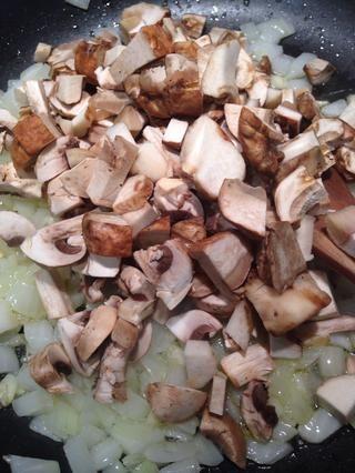 Rehidratar las setas con agua tibia si utilizó porcini seco, cortar y añadir a la sartén para suavizar un poco.